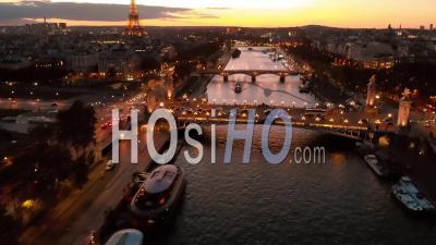 Vue Aérienne Par Drone Au Coucher Du Soleil De La Tour Eiffel Pont De La Seine Paris City Lights Au Cours De L'automne 22.Mp4