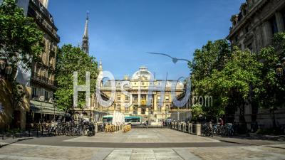 Timelapse Du Palais De Justice De Paris Sous Un Ciel Bleu D'été