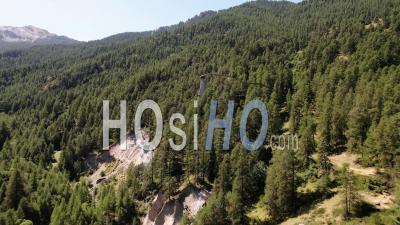 Demoiselle Coiffee Rock Formation Dans Les Alpes Du Sud. - Vidéo De Drones