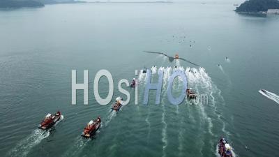 Vue Aérienne Jet Ski Et Bateau De Pêche En Procession - Vidéo Drone