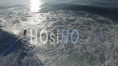 Jet Ski Sauve Une Femme Surfeur Et S'enfuit, Océan Atlantique - Vidéo Drone