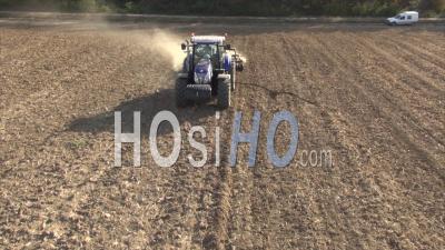 Tracteur Labourant Un Champ En Automne