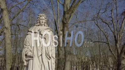 Vue Aérienne De La Statue Dans Un Parc, Statue De Montesquieu, Place Des Quinconces, Bordeaux - Vidéo Drone